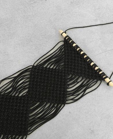 Hangertje van macramé met franjes zwart
