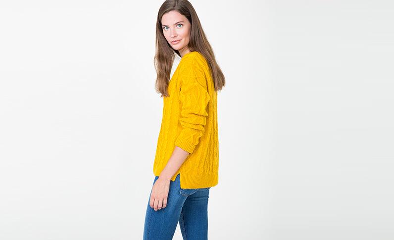 Pull torsadé jaune moutarde