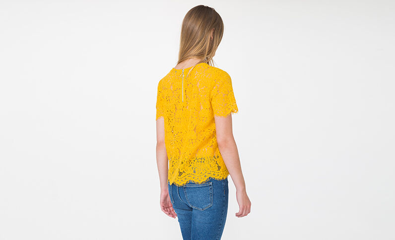 T-shirt en dentelle jaune moutarde
