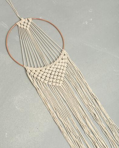 Muurtapijt met metalen hangertje ecru