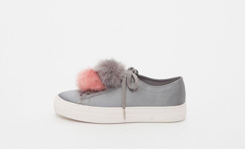 Baskets à pompons gris