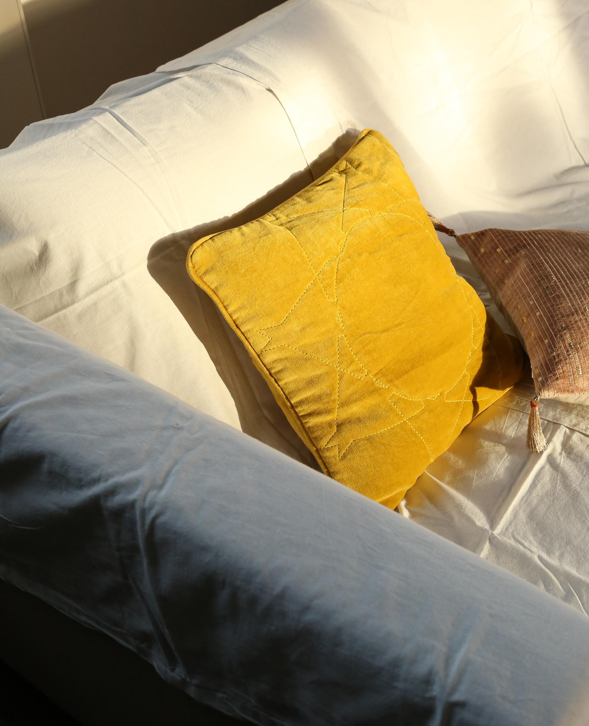 Housse de coussin effet velours jaune 907839008i80 pimkie - Housse coussin velours ...
