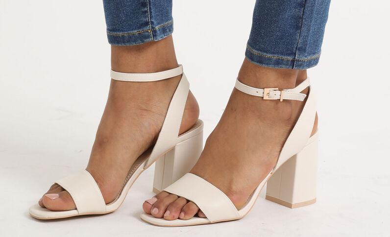 Sandalen met brede hakken gebroken wit