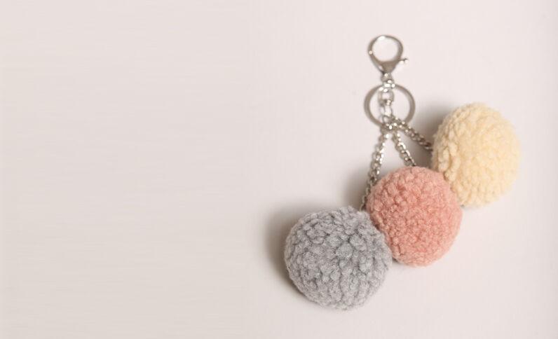 Porte clés à pompons rose