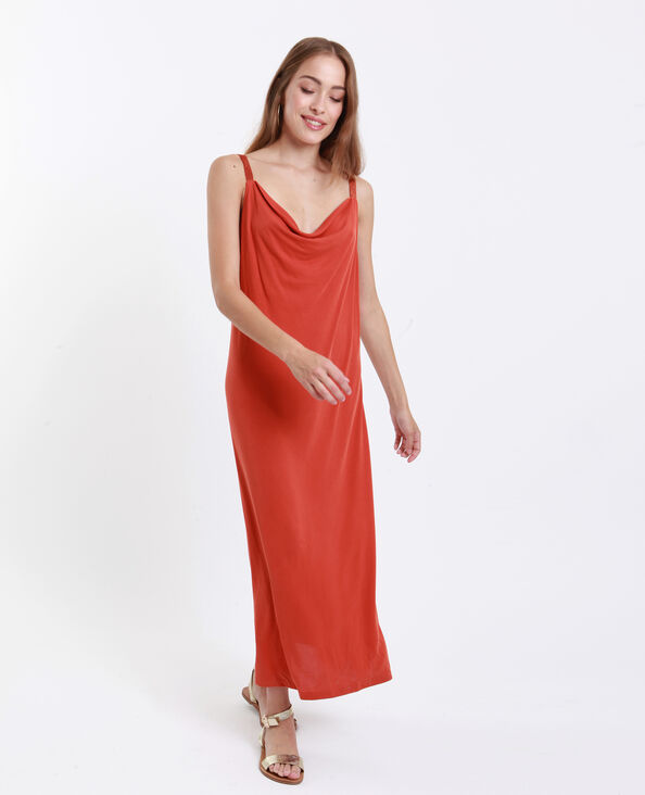 Lange soepelvallende jurk roestkleur