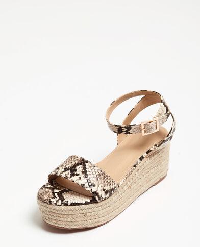 Sandalen met plateauzool met pythonmotief geweven beige