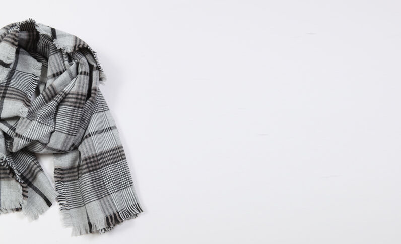 Echarpe à carreaux gris
