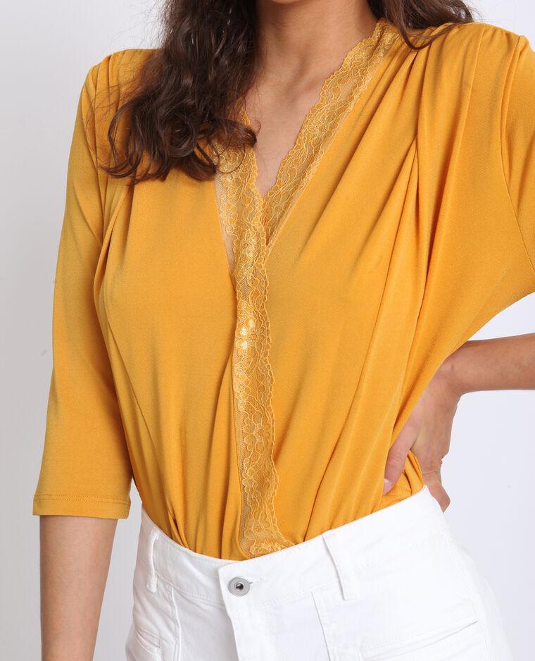 Hemdbody met kant geel