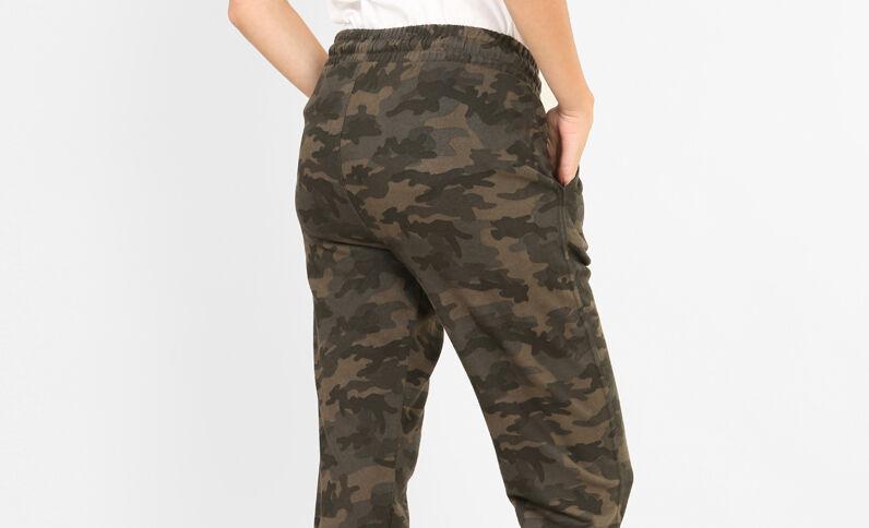 Jogging met camouflageprint groen