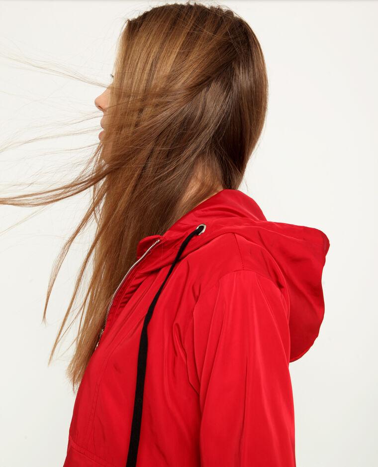 Coupe-vent à capuche rouge