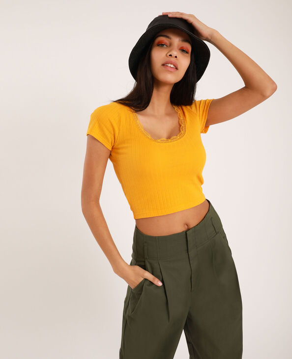 T-shirt cropped à dentelle jaune