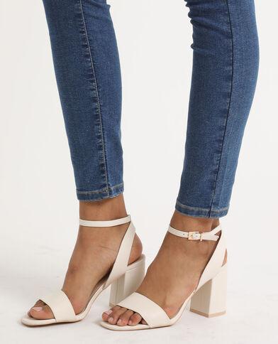 Sandales à talons larges blanc cassé